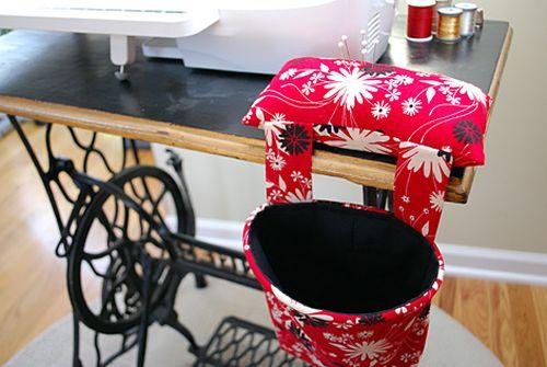 Decore com maestria o seu cantinho de costura com este coletor para máquina de costura (Foto: merrimentdesign.com)