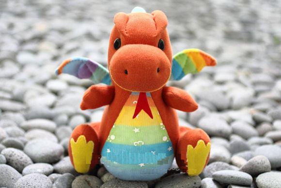 Este simpático dragão feito de meias vai encantar as suas crianças (Foto: craftpassion.com)