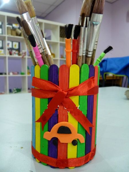 Este porta-pincel de palito de picolé é colorido e divertido e muito fácil de ser feito (Foto: crafty-crafted.com)