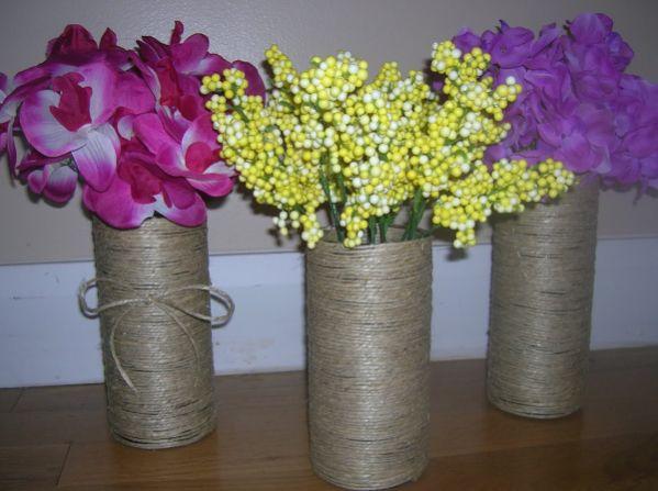 Estes vasos decorados com barbante enfeitam com maestria qualquer ambiente de seu lar (Foto: sixsistersstuff.com)