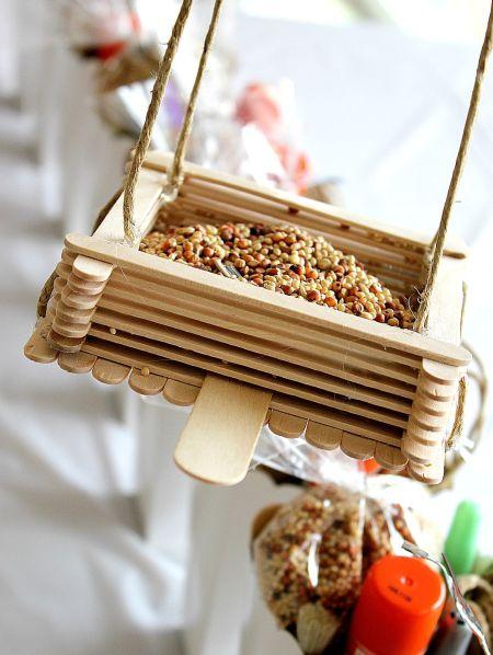 Este comedor para passarinho de palito de picolé pode ser pendurado em qualquer lugar de seu lar (Foto: tonyastaab.com)