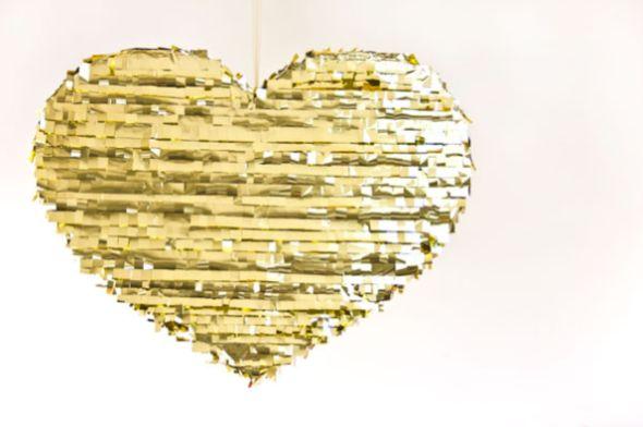 É muito fácil fazer este coração dourado para decorar festa e o resultado é incrível (Foto: studiodiy.com)