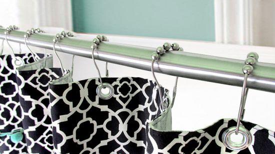 Faça uma cortina para box em tecido e renove o visual deste espaço (Foto: sew4home.com)