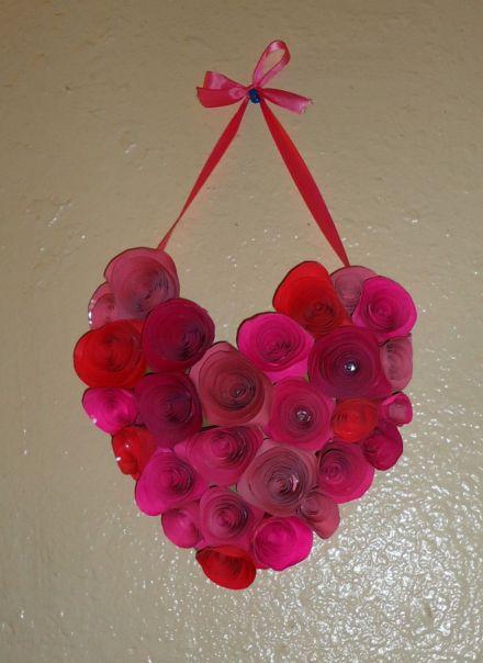 Enfeite de coração com flores de papel pode enfeitar qualquer ambiente (Foto: jamiebrock.hubpages.com)