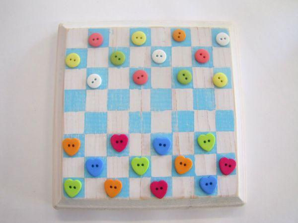 Este jogo de dama com botões é lindo e diferente, e pode proporcionar a mesma diversão (Foto: littlemissmomma.com)