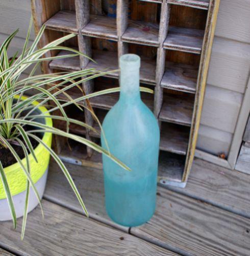 Esta pintura ombré em garrafas pode ser aplicada em qualquer peça de vidro (Foto: savedbylovecreations.com)