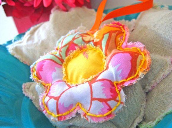 Deixe seus móveis mais cheirosos com este sachê em formato de flor (Foto: everythingetsy.com)