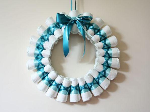 Esta guirlanda de fraldas é diferente e vai fazer o maior sucesso (Foto: homemade-gifts-made-easy.com)