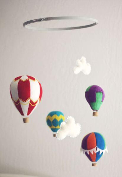 Móbile com balões de feltro é fofo e decora de forma primorosa (Foto: howjoyful.com)