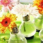 Vasinho de flores com lâmpadas é diferente, mas muito fácil de ser feito (Foto: solidarium.net)