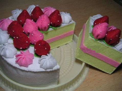 Este bolo de feltro pode enfeitar qualquer canto de sua casa ou festa (Foto: blogdaglorinhamartins.blogspot.com.br)