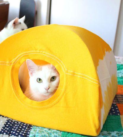 Casa para gato feito de camisa é linda, é diferente e é barata (Foto: instructables.com)