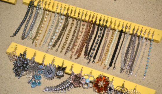 Este diferente organizador de bijuterias vai deixar as suas bijoux sempre à mão (Foto: infarrantlycreative.net)