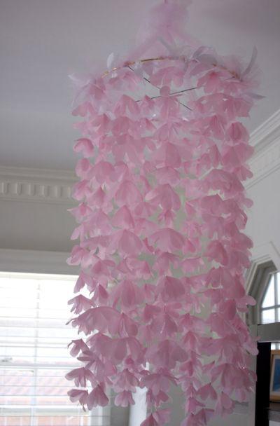 Se você quer uma peça romântica faça este móbile de flores (Foto: plentytude.com)