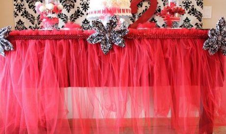 Saia de tule para tolha de mesa decora de forma charmosa qualquer festa (Foto: ehojevaiserumafesta.com)