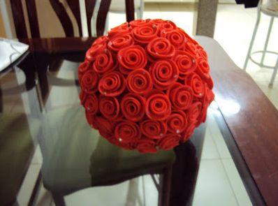 Esta linda topiaria com rosas de EVA pode decorar de forma primorosa qualquer espaço (Foto: casandosemregras.blogspot.com.br)
