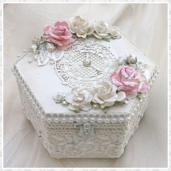 caixa com renda e flores
