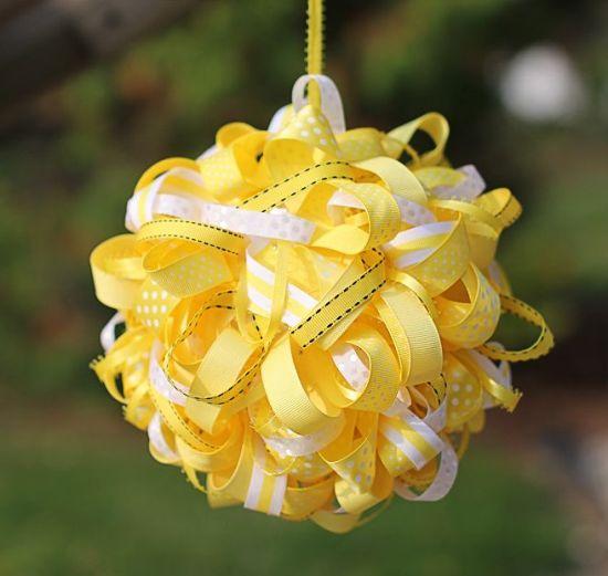 Esta bola decorada com fitas deixa qualquer festa mais especial (Foto: aboutfamilycrafts.com)