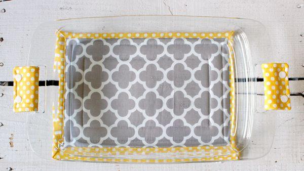 Capa de pirex em tecido protege, decora e falicita a sua vida (Foto: auntieemscrafts.com)