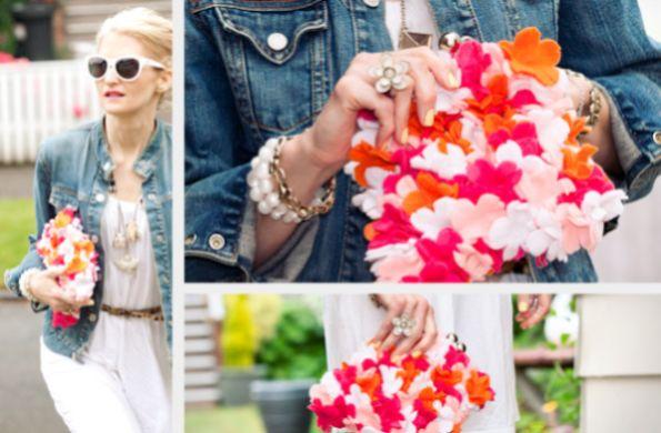Clutch com flores de feltro é moderna, linda e pode ser usada o ano todo (Foto: trinketsinbloom.com)