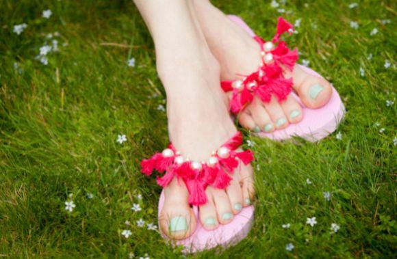 Decorar chinelo com linha de bordar pode ser também uma opção para ganhar uma renda extra (Foto: trinketsinbloom.com)