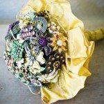 Bouquet de broches é moderno, sofisticado e sempre faz o maior sucesso (Foto: projectwedding.com)