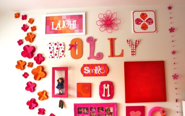 Flores de papel 3D para colar na parede são soluções também para esconder defeitos da parede, como furos de pregos ou descascados (Foto: positivelysplendid.com)