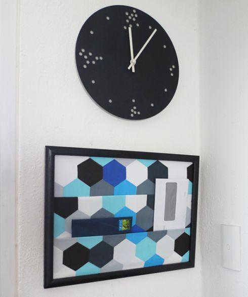 Seu home office vai ficar mais charmoso com este organizador de parede com tecido (Foto: diyready.co)