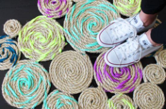 Este tapete de corda trançada pode ficar em qualquer cômodo (Foto: brit.co)