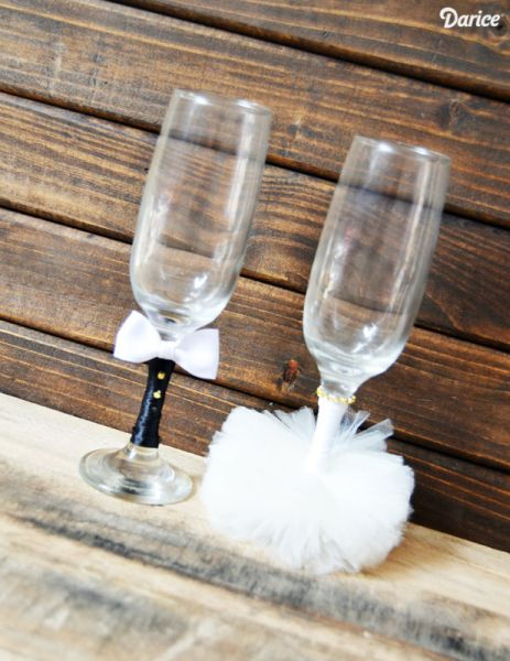 Há muitas opções e estilos para decorar as taças dos noivos, basta escolher o modelo mais condizente com a decoração de seu grande dia (Foto: blog.darice.com)