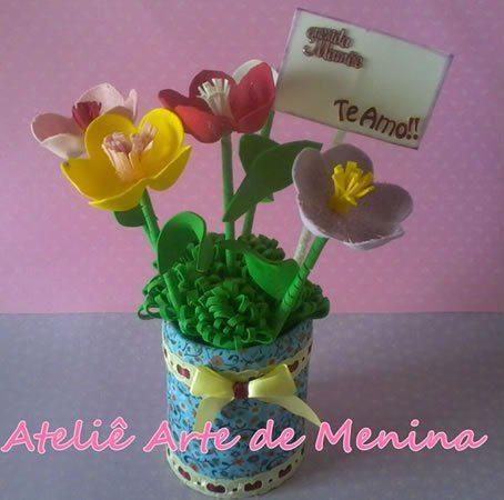 Arranjo de flores de EVA é versátil e pode ficar posicionado em qualquer lugar para decorar (Foto: ateliekreateva.com.br)