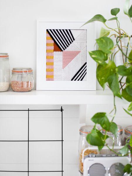 Quadro bordado com linhas renova o décor de qualquer cômodo de sua casa (Foto: abeautifulmess.com)
