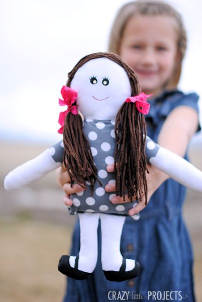 Esta boneca de pano fácil pode ter qualquer cor ou estilo que você queira (Foto: crazylittleprojects.com)