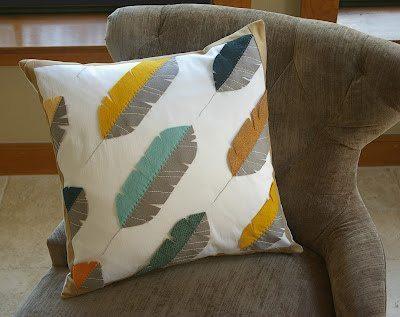 Capa de almofada decorada com penas é diferente, mas pode ser acrescentada a qualquer tipo de decoração (Foto: beckandlundy.com)