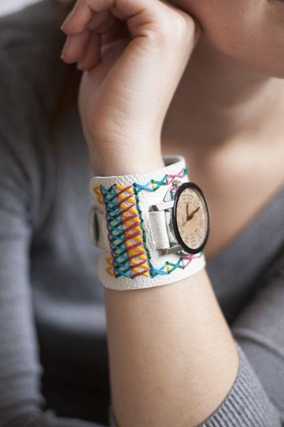 Customizar um relógio de pulso usado é ótima opção para repaginar looks de forma barata (Foto: pearlsandscissors.com)