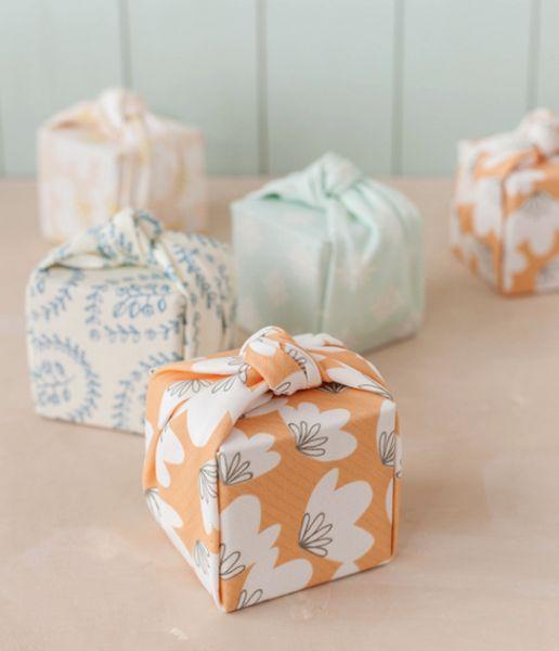 Embrulho de presente com tecido pode até mesmo decorar a lembrancinha de sua festa (Foto: minted.com)