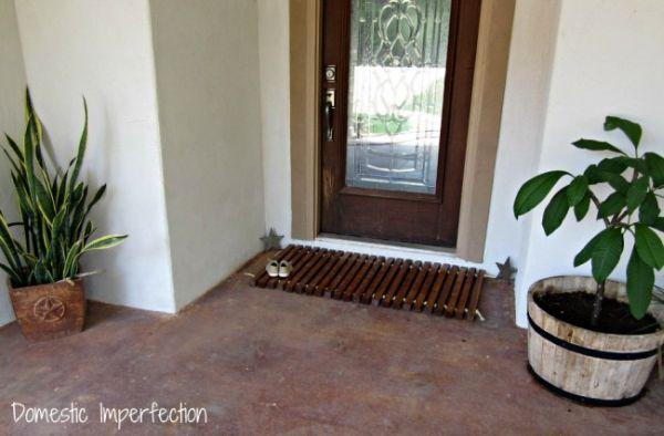 Tapete de entrada em madeira é diferente e funcional (Foto: domesticimperfection.com)