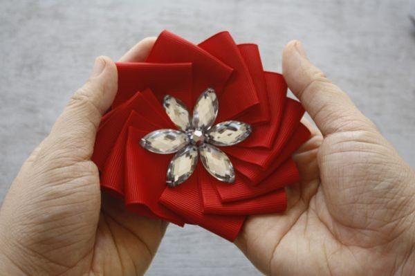 Até em acessório para cabelo esta flor de fita franzida pode ser utilizada (Foto: jewelboxballerina.com)