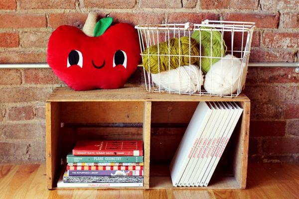 Almofada maçã é divertida e renova o décor de forma rápida (Foto: abeautifulmess.com)