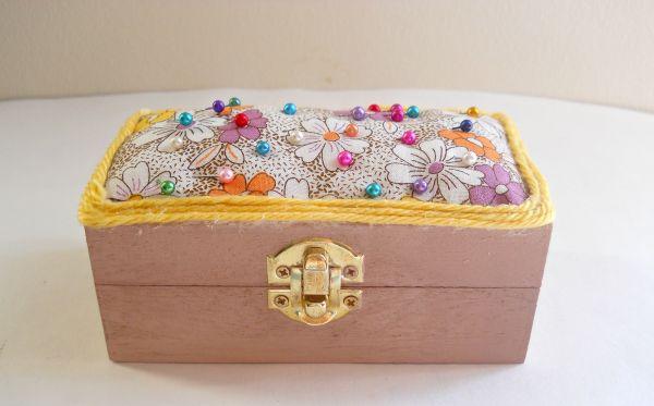 Decorar uma caixinha de costura é também um divertido passatempo que resulta em uma útil peça (Foto: runningwithagluegun.blogspot.com.br)