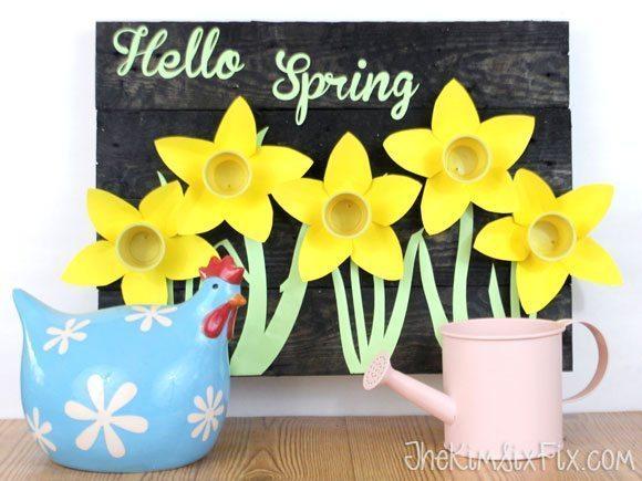 Quadro com flores de material reutilizado decora deforma delicada qualquer ambiente (Foto: hometalk.com)