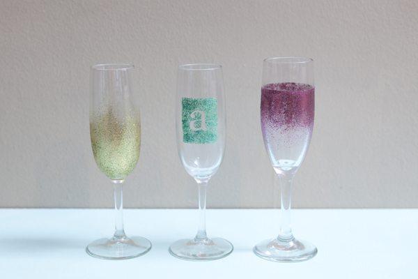 Taças decorada com glitter para casamento fazem o maior sucesso (Foto: somethingturquoise.com)