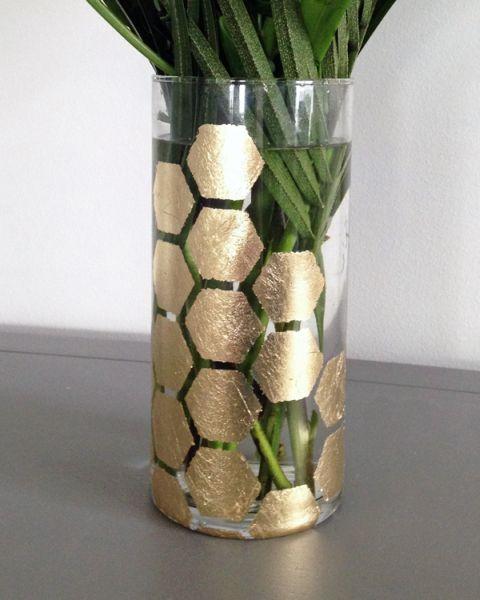 Vaso decorado folha de ouro deixa refinado qualquer ambiente em que ele estiver posicionado (Foto: makelyhome.com)