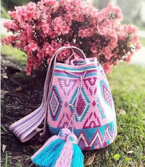 bolsa de croche moderna e colorida