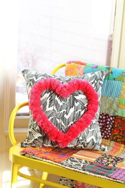 Esta almofada decorada com pompom pode frequentar qualquer ambiente de seu lar (Foto: apartmenttherapy.com)