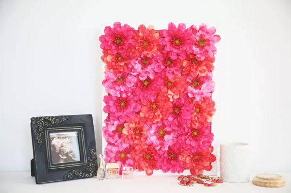 Decorar quadro com flores artificiais é fácil, rápido e lindo (Foto: brit.co)