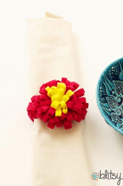 Anel de guardanapo com feltro e em formato de flor decora e diverte (Foto: blitsycrafts.com)