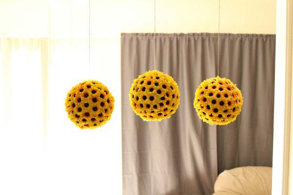 Invista nesta decoração com flores de girassol para alegrar qualquer ambiente (Foto: laceandglaze.com)