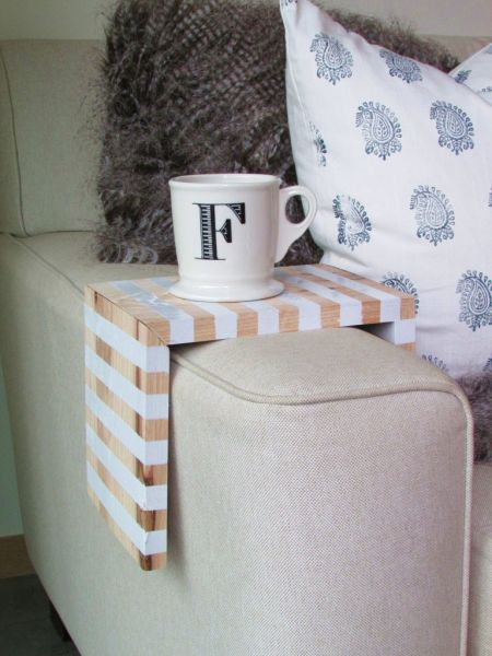 Suporte de madeira para braço de sofá pode ter a cor ou cores de sua preferência (Foto: francoisetmoi.com)