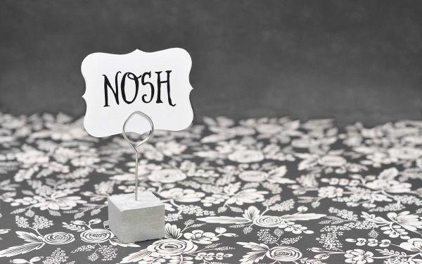 Este marcador de mesa com cimento tem visual clássico, mas pode ser personalizado (Foto: kraftykath.com)